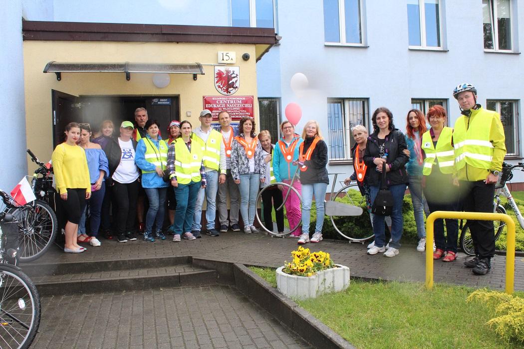 Na mecie rajdu: uczestnicy przed wejściem do KPCEN-u we Włocławku