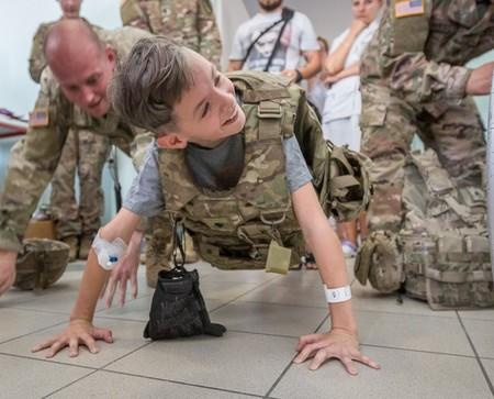 Wizyta żołnierzy w szpitalu dziecięcym w Toruniu