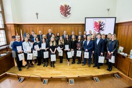 Laureaci ubiegłorocznego, XIV Regionalnego Konkursu Wiedzy o Samorządzie Terytorialnym, fot. Łukasz Piecyk