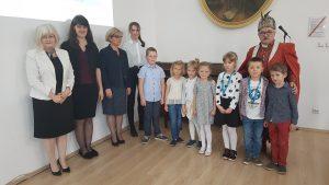 Grzegorz Nazaruk z nagrodzonymi dziećmi oraz zaproszonymi gośćmi