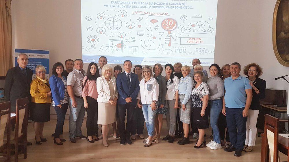 Pamiątkowe zdjęcie pracowników KPCEN w Bydgoszczy oraz członków delegacji oświatowej z Ukrainy, z obwodu chersońskiego.
