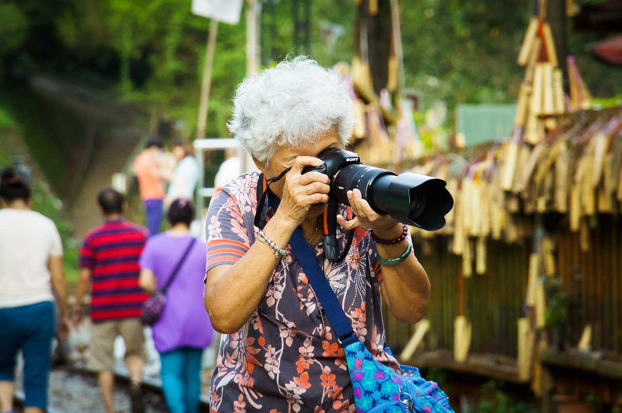 Starsza pani fotografuje
