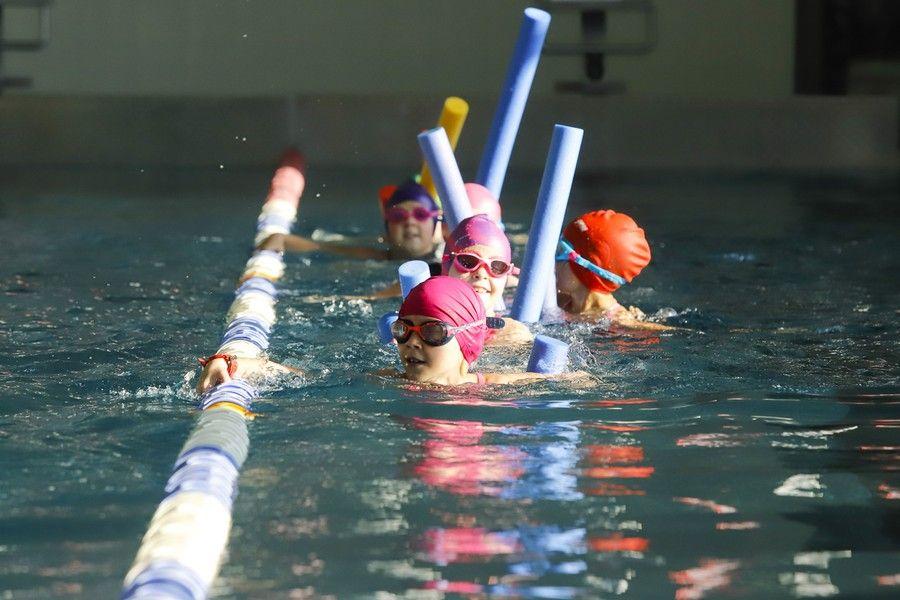 Zajęcia pływackie na basenie Uniwersyteckiego Centrum Sportowego w Toruniu, fot. Mikołaj Kuras