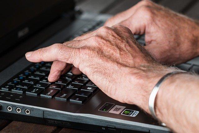 Ręce starszego człowieka na klawiaturze komputera, Pixabay