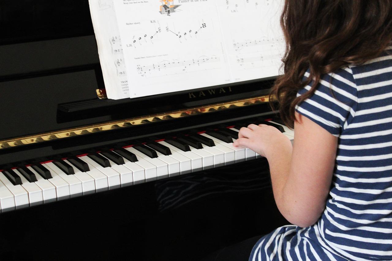 Dziewczynka grająca na fortepianie, Pixabay