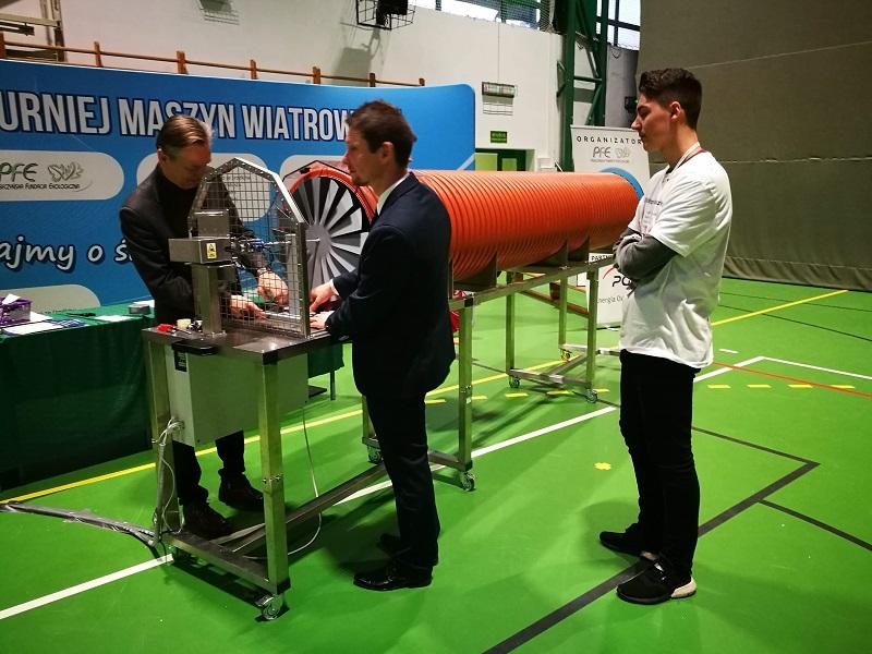 Kamil Rajewski podczas testu maszyny wiatrowej