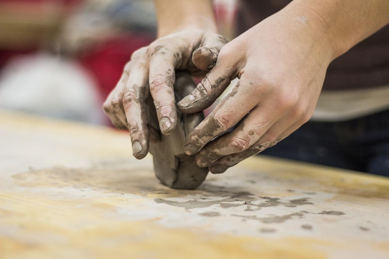 Lepić z gliny, Pixabay