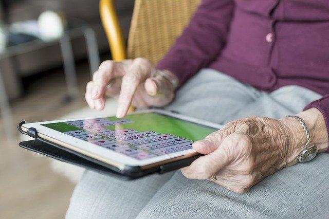 Tablet w rękach starszej kobiety