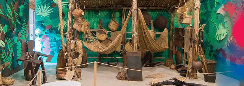 Fragment ekspozycji Inspirowani naturą. Rękodzieło Indian Amazonii. W hołdzie Borysowi Malkinowi