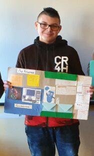 uczeń z lapbookiem