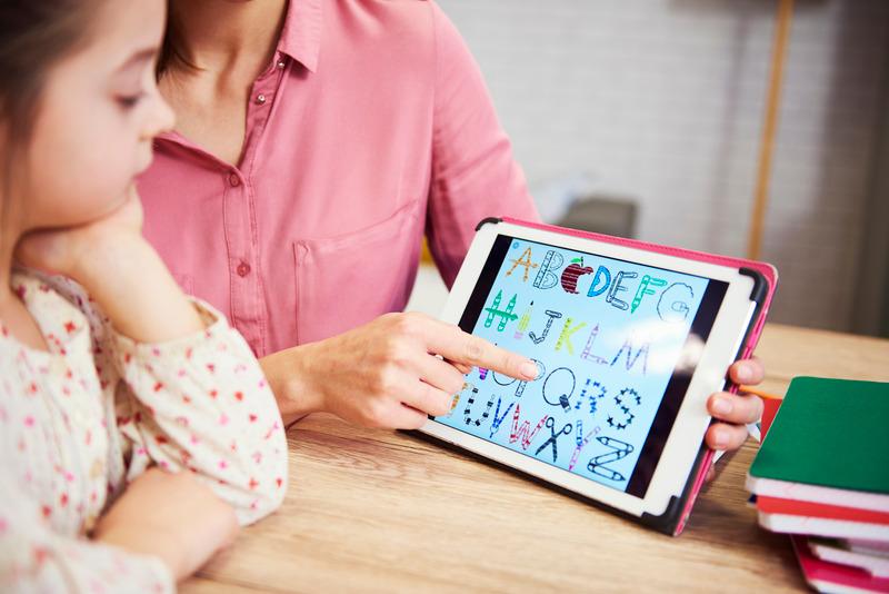 Dziecko uczy się zdalnie, korzystając z tabletu