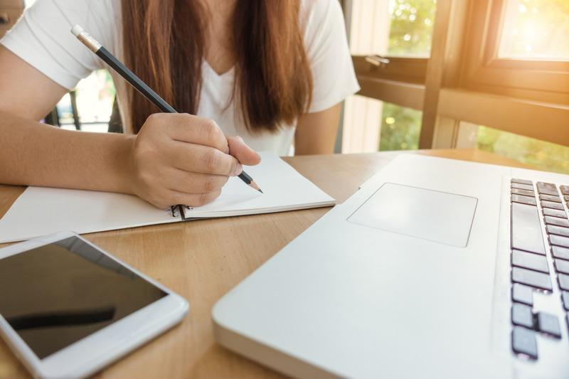 Canva - uczennica przy komputerze