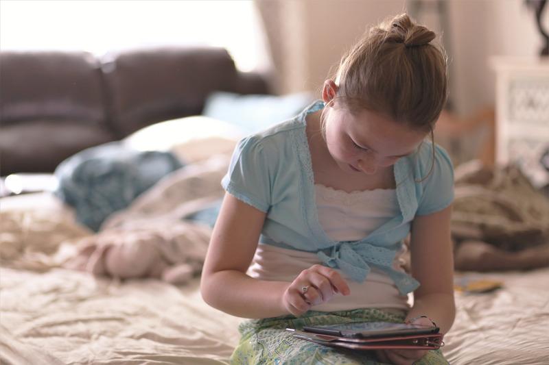Dziewczynka z tabletem, Canva