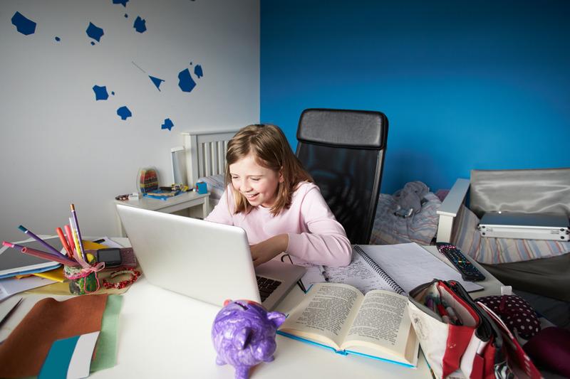 Dziewczynka uczy się, korzystając z komputera