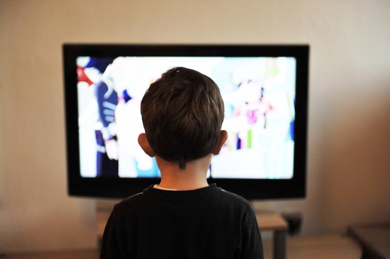 Canva - Dziecko ogląda telewizję