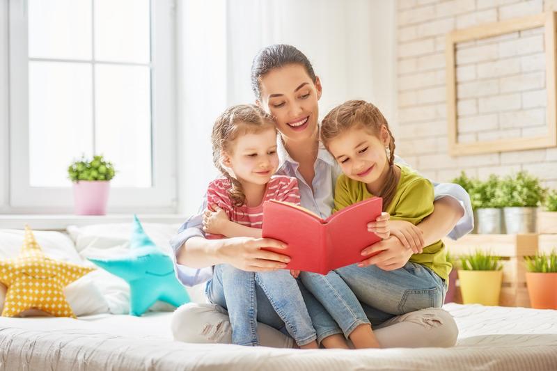 Matka czyta książkę córkom