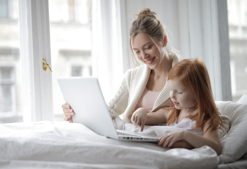 Canva - Matka i córka z laptopem