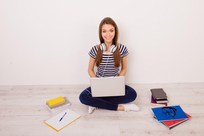 Studentka uczy się w domu, korzystając z laptopa