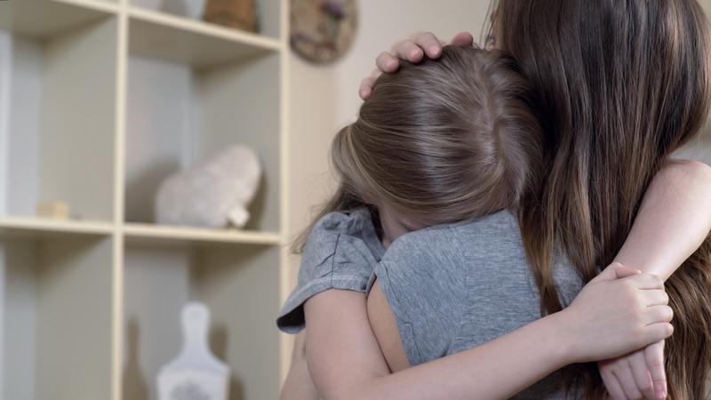 Matka pociesza córkę