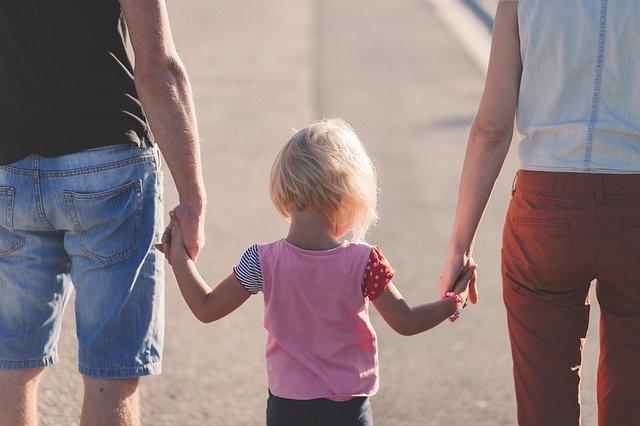 Rodzice z dzieckiem, rodzina, Pixabay