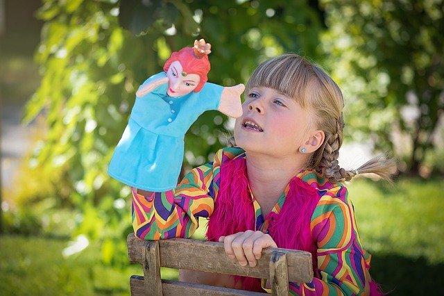 Dziecko bawi się pacynką, Pixabay