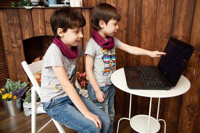 Dwaj chłopcy przed laptopem