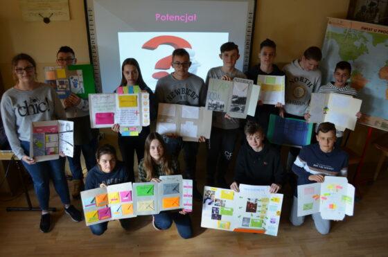 uczniowie z lapbookami