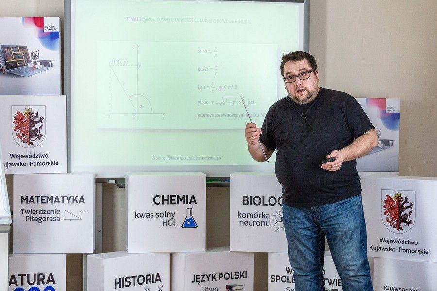 Marcin Spryszyński podczas e-lekcji matematyki, fot. Szymon Zdziebło/tarantoga.pl dla UMWKP