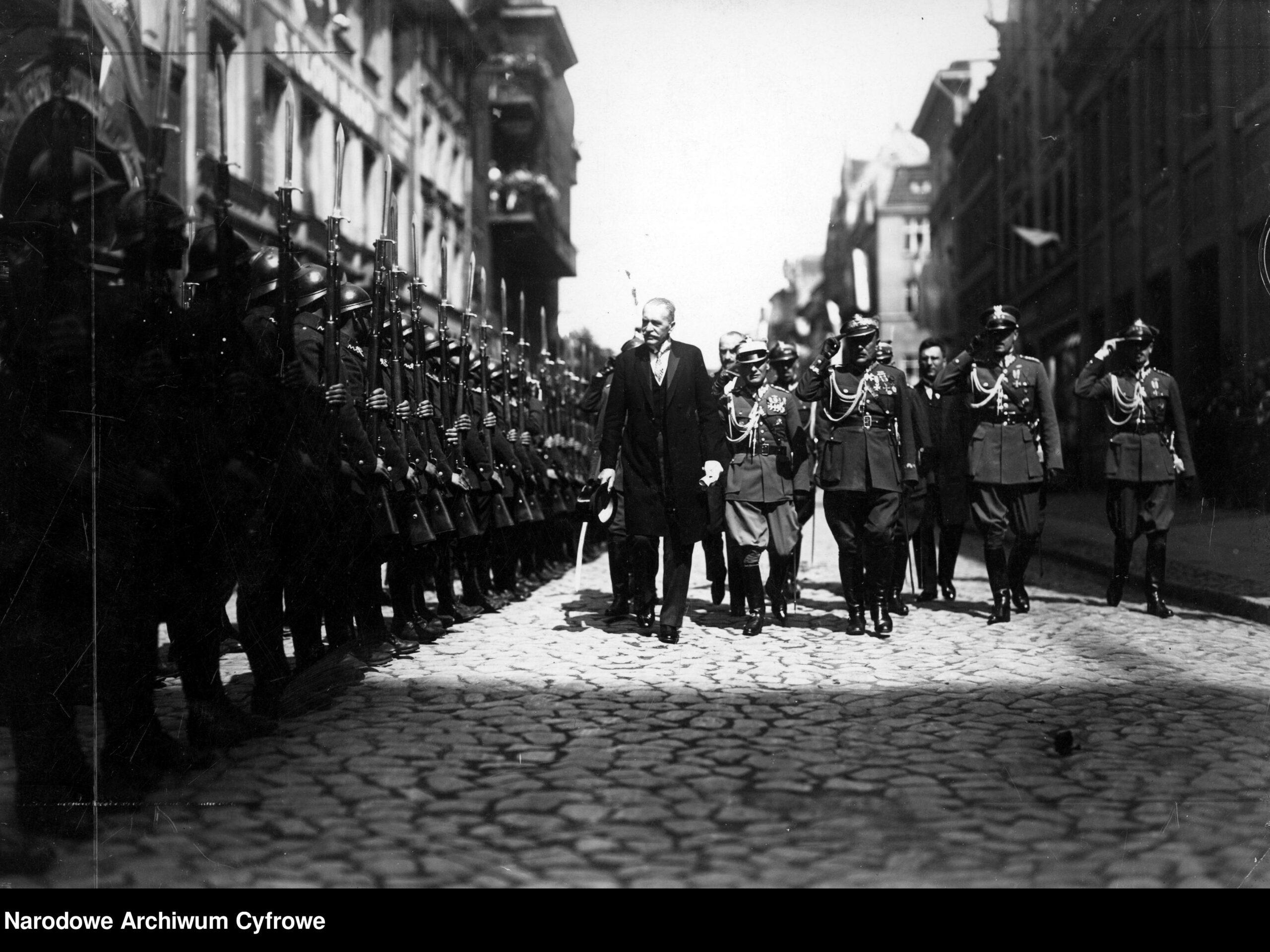 Prezydent RP Ignacy Mościcki przechodzi przed frontem kompanii honorowej (1927). Fot. H. Spychalski. Źródło: NAC (domena publiczna)