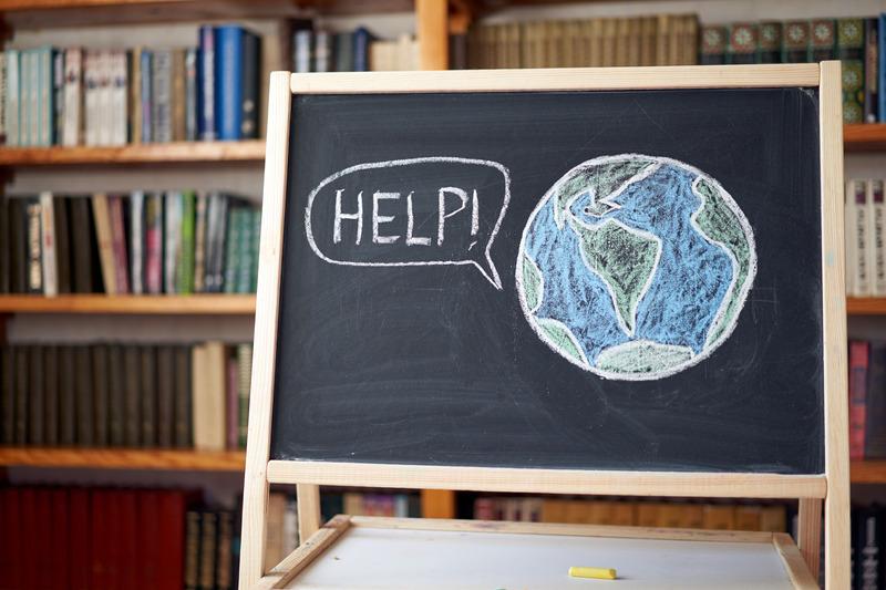 Planeta Ziemia narysowana kredą na tablicy stojącej w bibliotece szkolnej