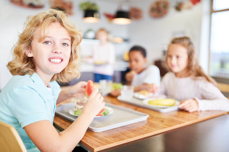 dzieci w szkolnej stołówce