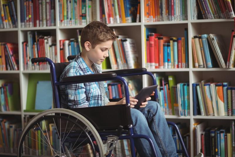 Niepełnosprawny uczeń w bibliotece