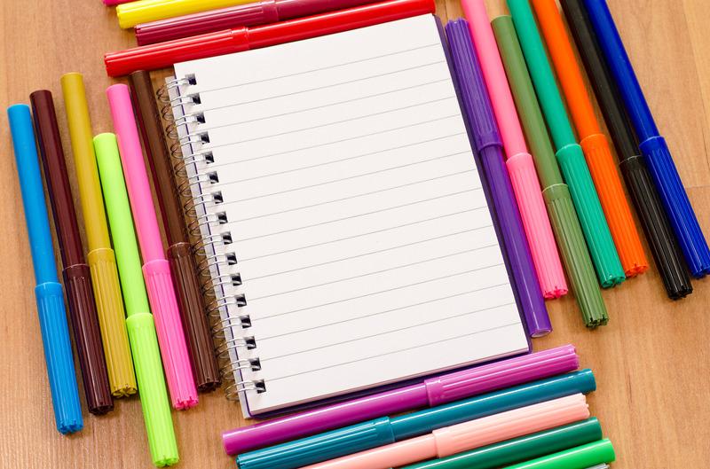 Notatnik i kolorowe pisaki