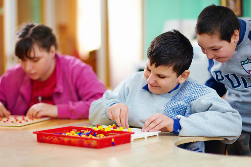 Dzieci z niepełnosprawnościami wykonują zadania poznawcze