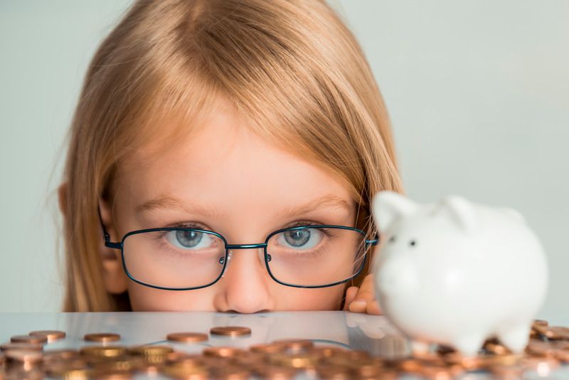 Dziewczynka liczy pieniądze
