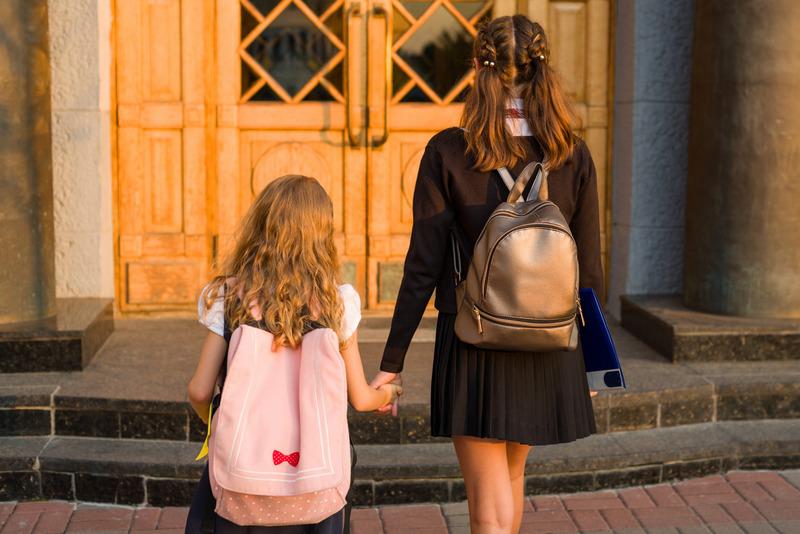 Dwie dziewczynki wchodzą do szkoły