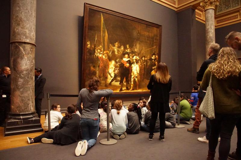 Amsterdam: Dzieci oglądają obraz Rembrandta Straż nocna