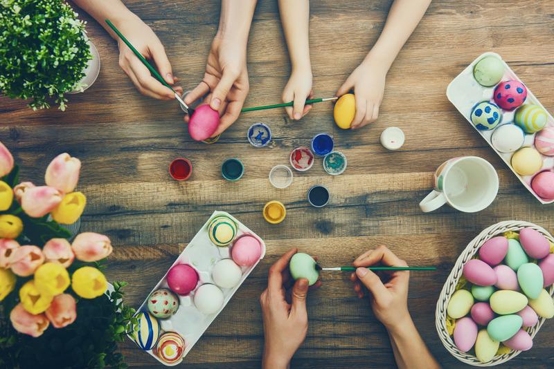 Rodzina maluje jajka wielkanocne