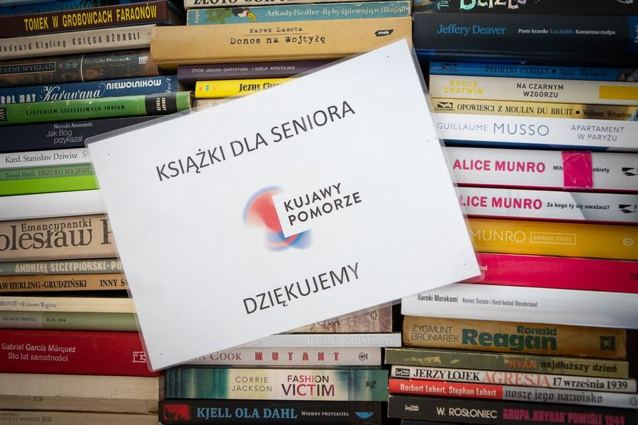 """akcja """"Podziel się książkami z seniorami"""", fot. Mikołaj Kuras dla UMWKP"""