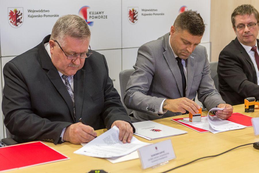 Uroczyste podpisanie umowy z wykonawcą robót budowalnych, fot. Szymon Zdziebło/tarantoga.pl dla UMWKP
