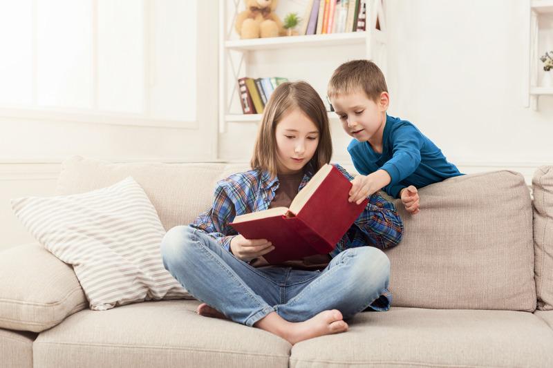 Siostra czyta książkę bratu