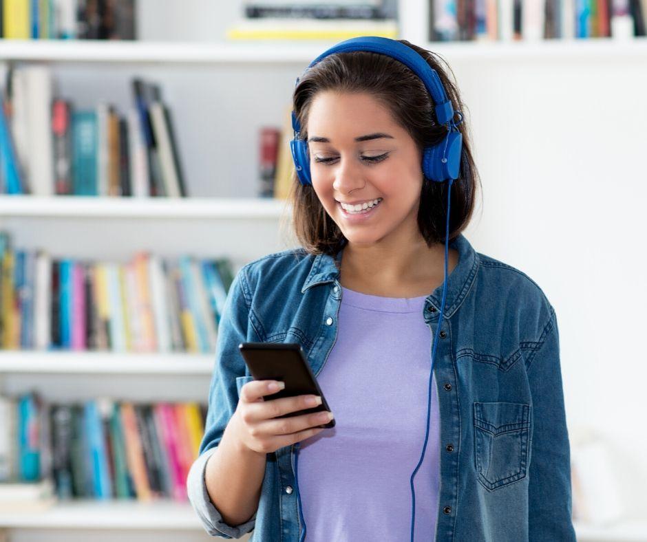 Dziewczyna słucha podcastu