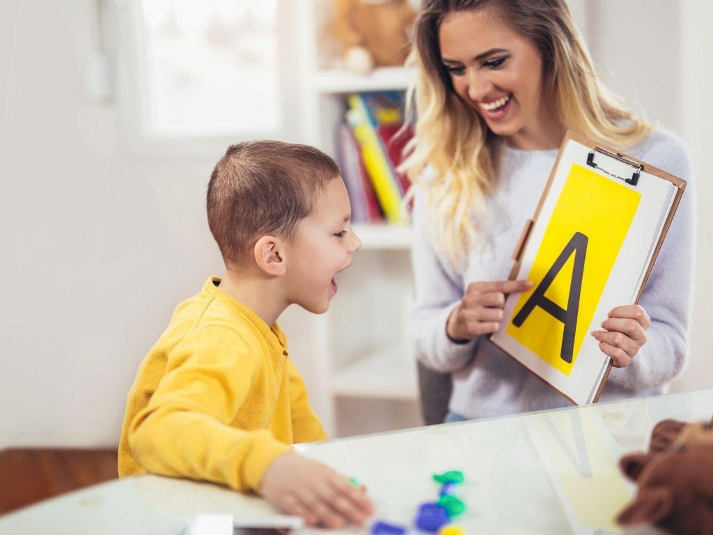 Logopeda ćwiczy z dzieckiem