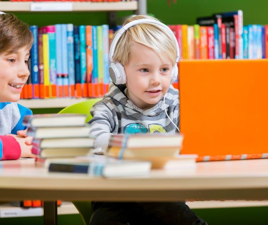 Dzieci słuchają nagrania
