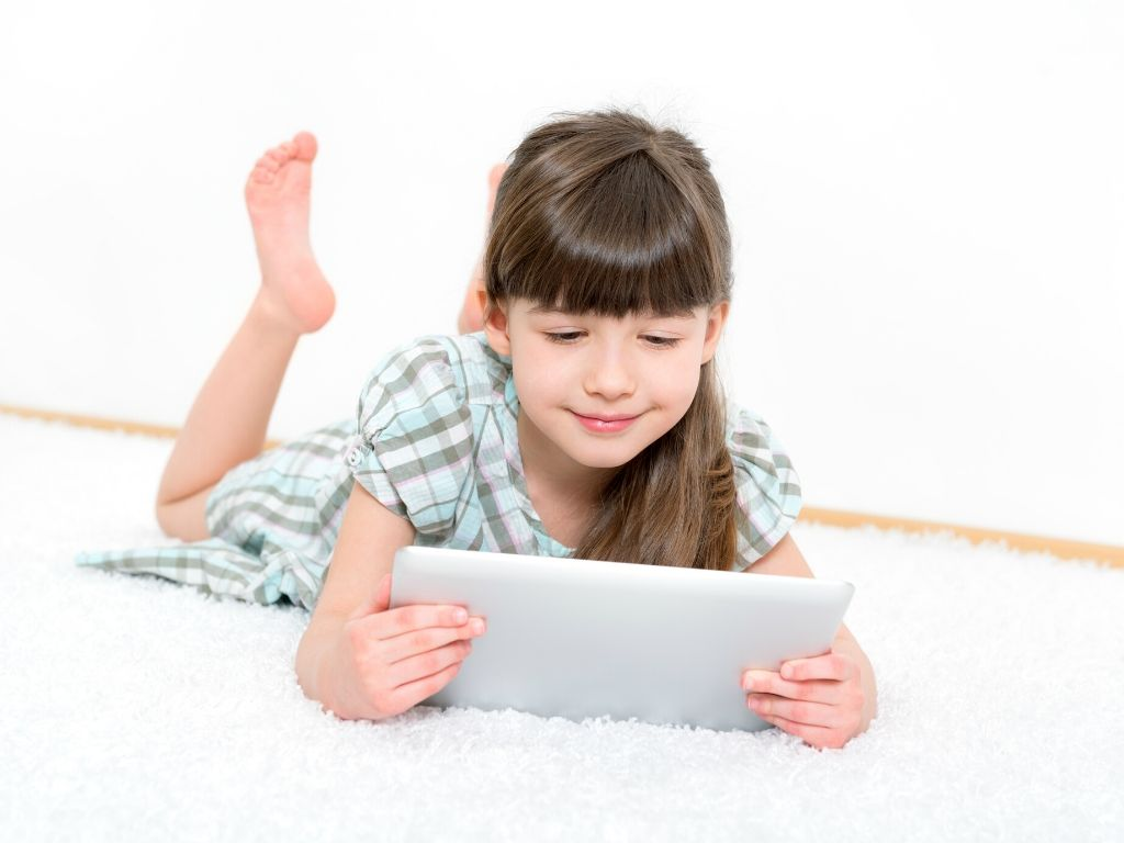 Dziewczynka ogląda film na tablecie