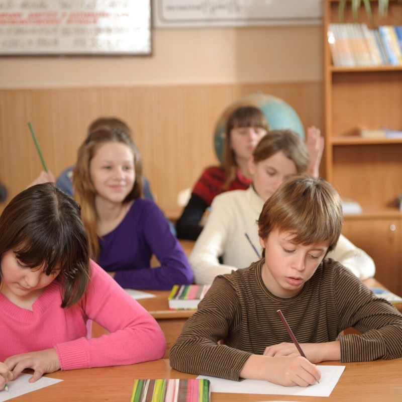 dzieci w klasie szkolnej w czasie lekcji