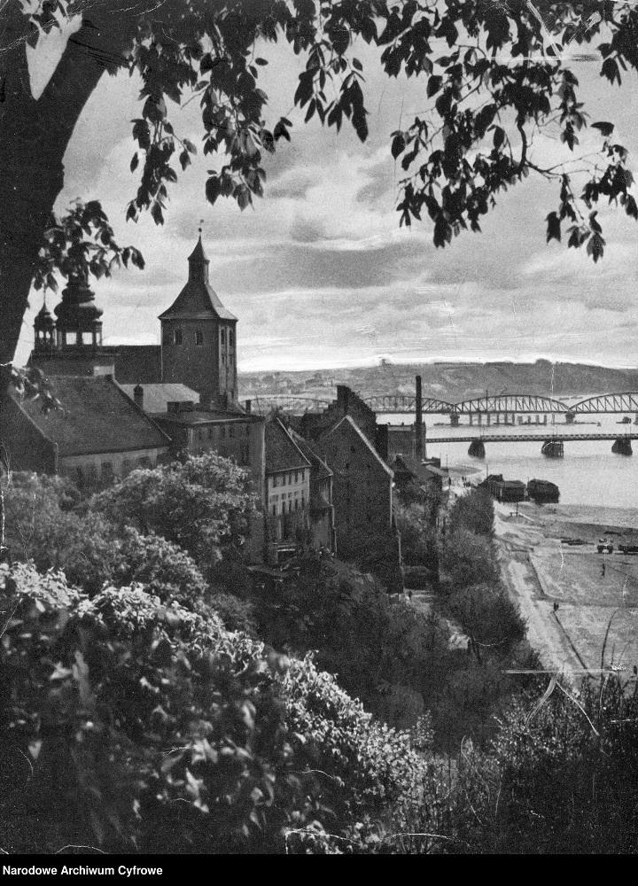 Grudziądz. Fragment miasta widziany z góry zamkowej. Widoczne m.in. mosty na Wiśle