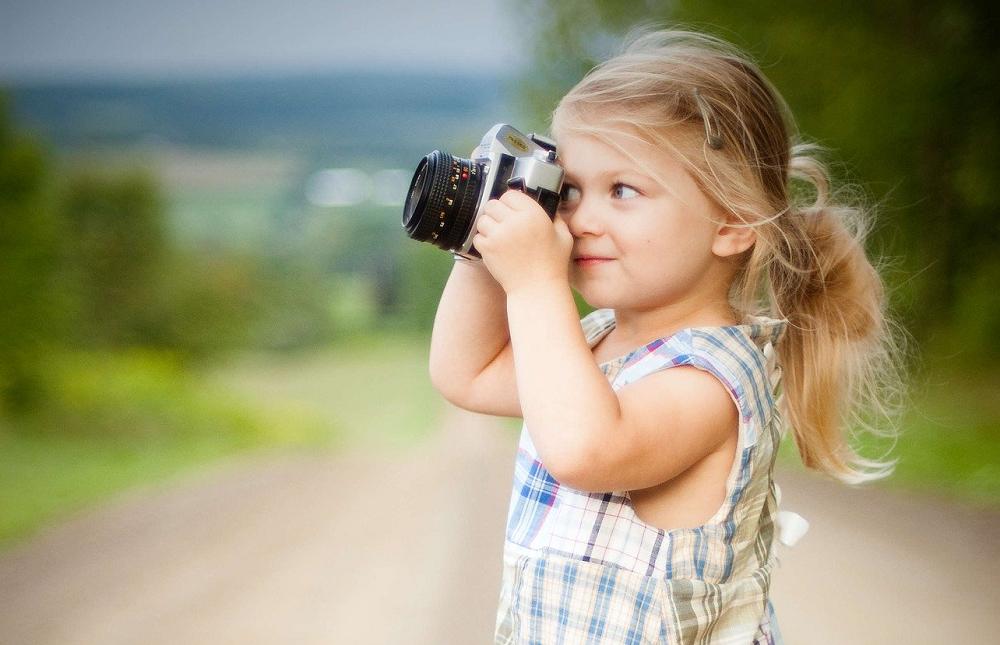 Dziewczynka fotografuje