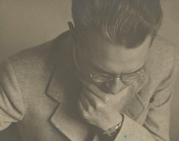 Architekt Stanisław Bukowski nad makietą Wilna, 1930-1939, fot. ze zbiorów POLONY