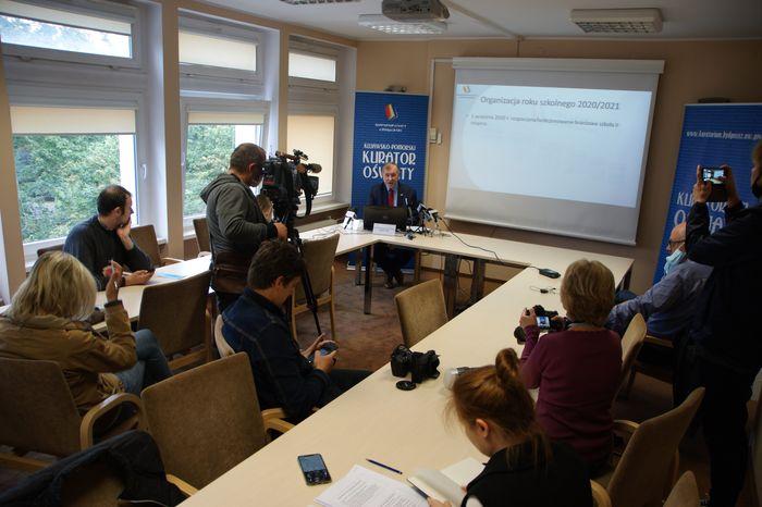Konferencja prasowa kuratora oświaty